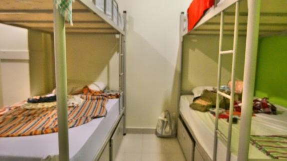 di bawah tempat tidur tersedia laci besi untuk menyimpan barang