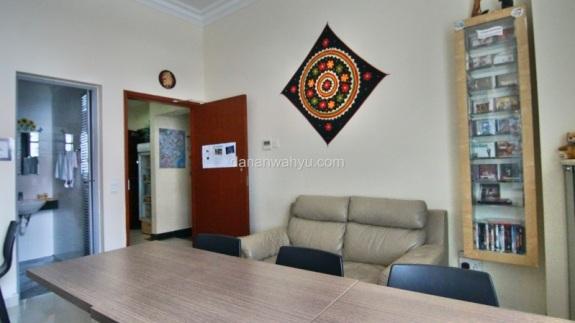 ruang tamu sekaligus ruang makan