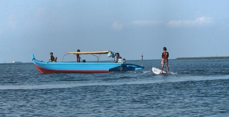 bermain selancar di pantai Nongsa