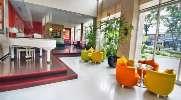 Lobi dan cafe Holiday Inn Bandung Hotel