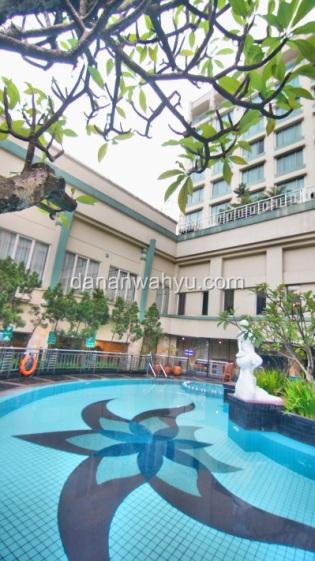 kolam renang Holiday Inn Bandung