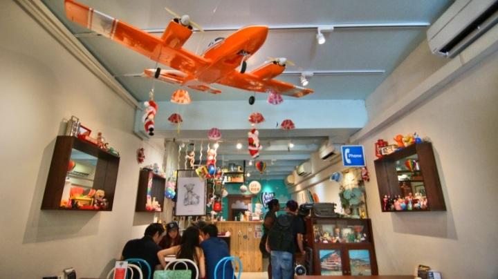 pesawat terbang di langit-langit kafe
