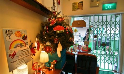 Pohon Natal elemen dekorasi Flee Away Cafe