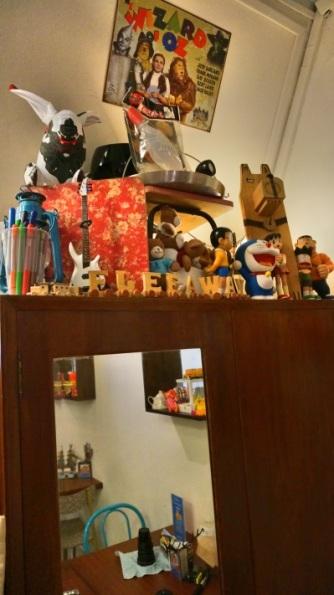 mainan di atas lemari