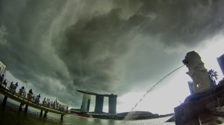 Meski hujan badai tetap bisa merekam Merlion.