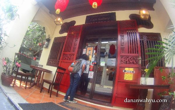Olive memasuki Jawi House Cafe