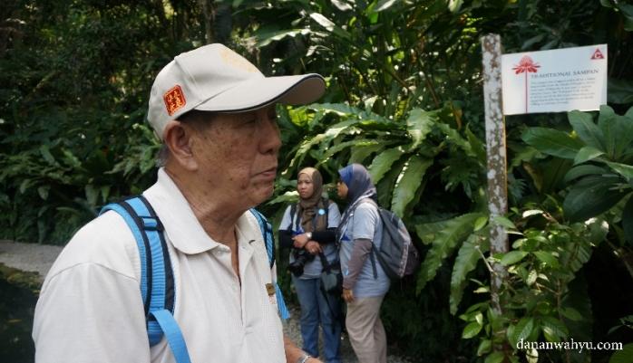 pemandu siap menemani wisatawan menjelajah hutan rempah