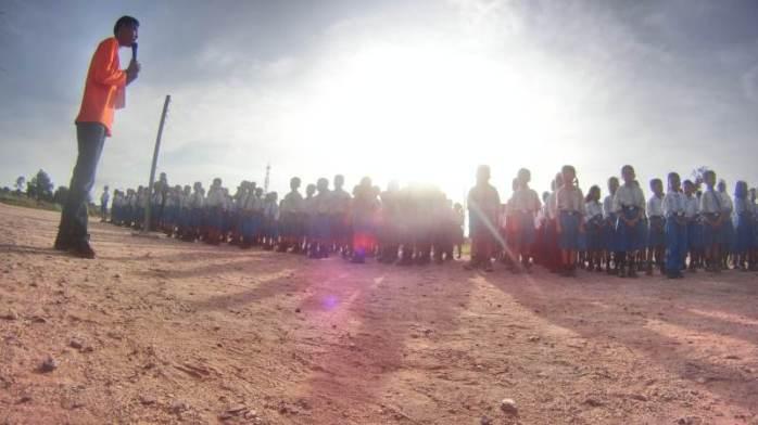 berkumpul di lapangan sekolah sebelum kelas dimulai