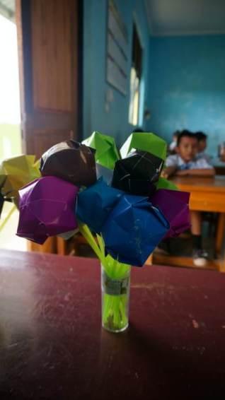 bunga dari kertas warna warni