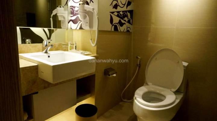 kamar mandi bersih dengan shower