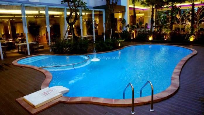 kolam renang  sekaligus smoking area resto