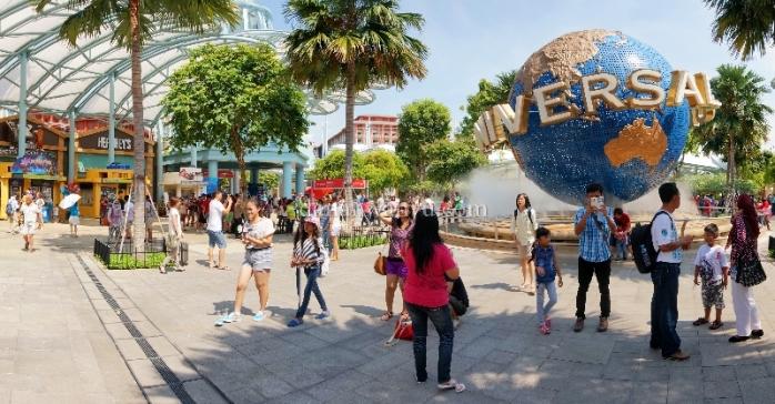 Globe Biru - Tak pernah sepi pengunjung namun wajib disambangi