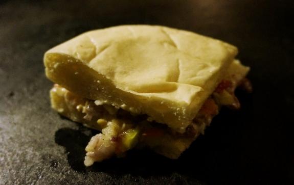 roti berisi bawang putih dan buah zaitun