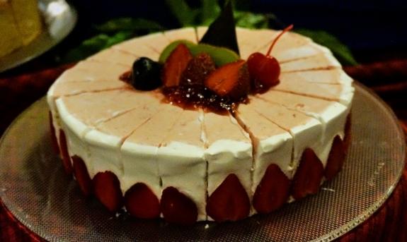 cheese cake dengan saus stroberi