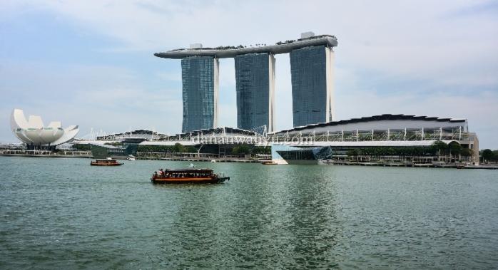 Teluk Marina berlatar belakang Marina Bay Sands