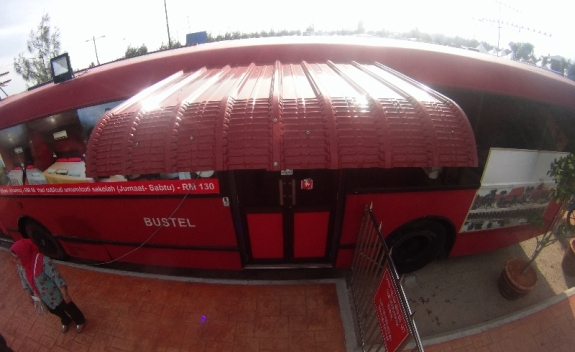 bus merah ruang receptionist