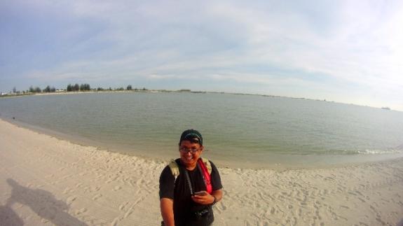narsis di  pantai jangan lupa payung, topi, sunglases dan tabir sury
