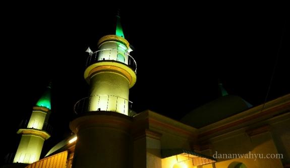 suara adzan di kumandangankan dari menara Masjid Raya Sultan Riau
