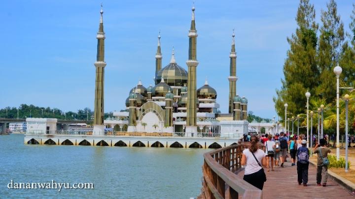jalan kecil menyusur sungai Terengganu menuju Masjid Kristal