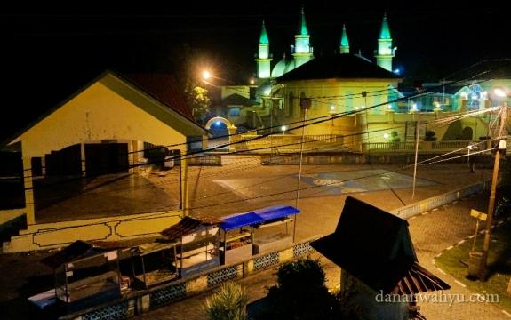 terlihat Masjid Raya Sultan Riau dari balkon lantai dua penginapan