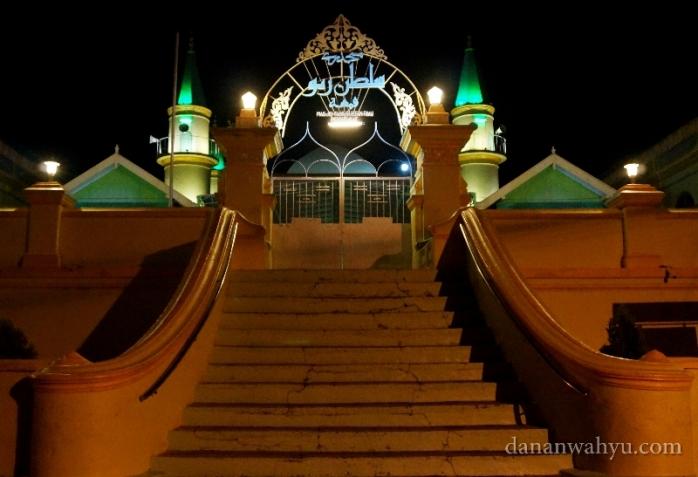 gerbang  Masjid Raya Sultan Riau masih tertutup