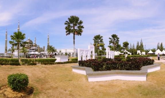 sekitar masjid terdapat taman