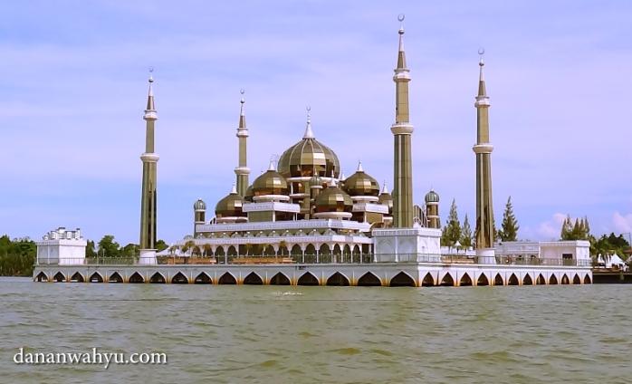 melihat masjid dari sisi Sungai Terengganu