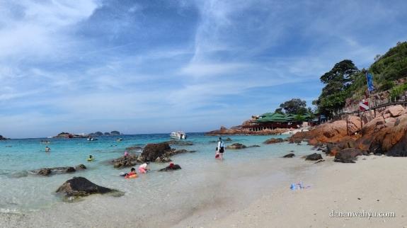 tebing karang di sebelah kanan resor Laguna pulau Redang