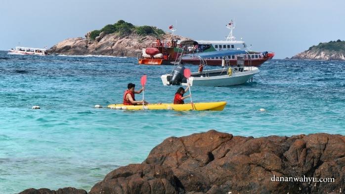 bermain kanoe di pantai pulau Redang
