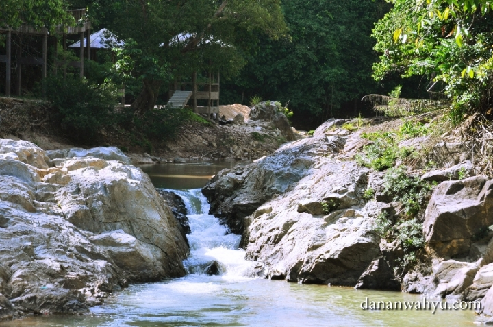 sungai yang melewati Kampung Gajah Kenyir