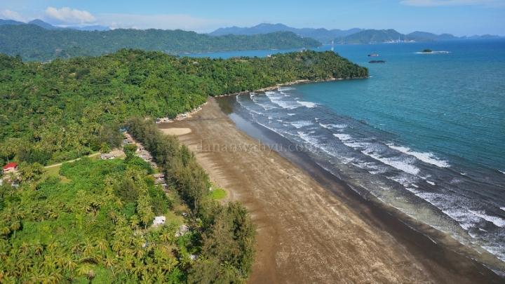 Pantai Air Manis di antara gugusan bukit