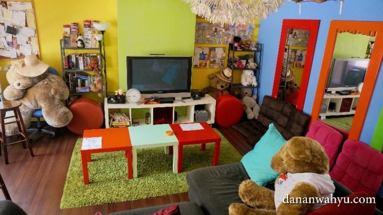 warna-warni ruang tamu A Beary Best Hostel