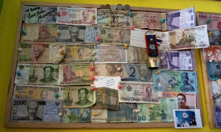 koleksi uang kertas menjadi salah satu ornamen interior