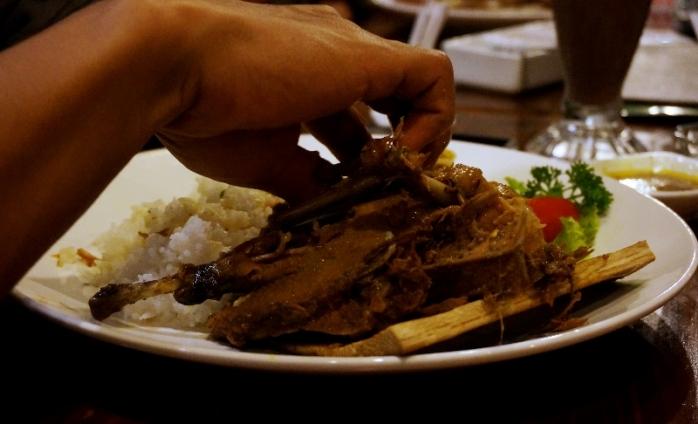 Daging Bebek Betutu mudah disobek tanpa rasa alot