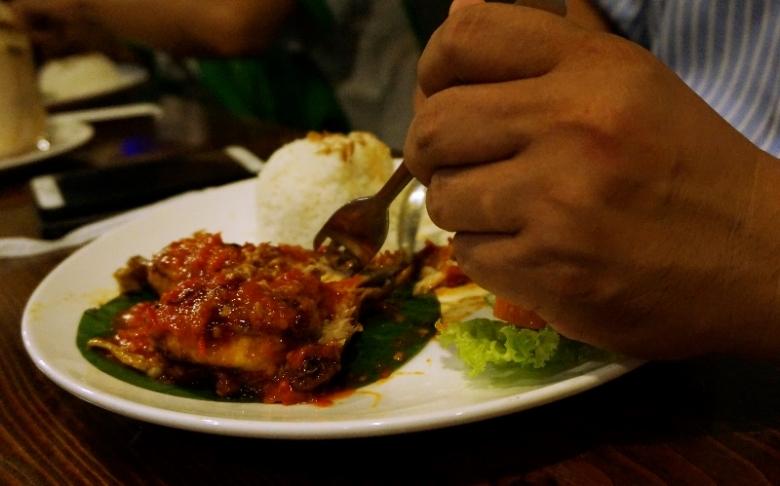 Ayam Jimbaran dalam lumuran samal cabai pedas