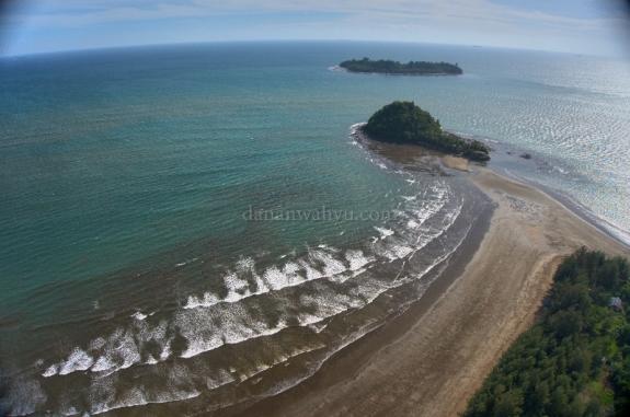 Pantai Air Manis dan pulau Pisang