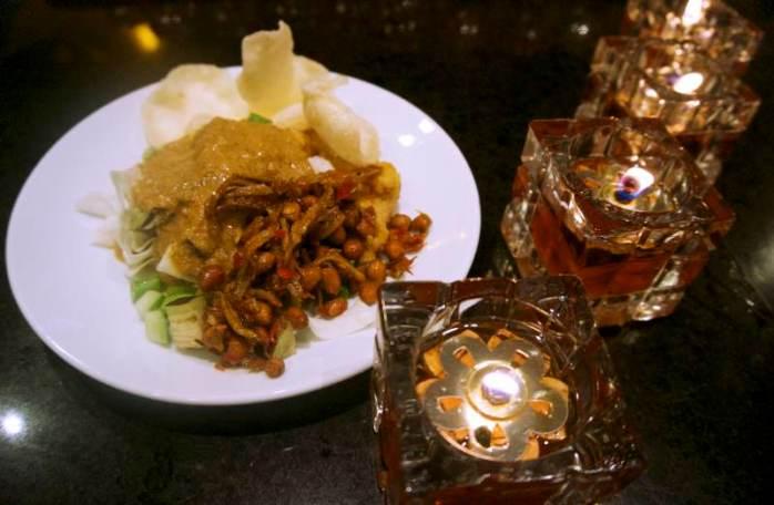salad bumbu kaca alias karedok dipadu dengan sambal teri