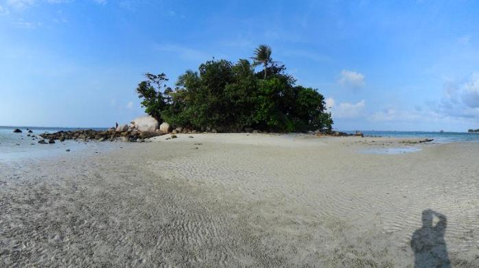 tepat di seberang pantai ada pulau kecil