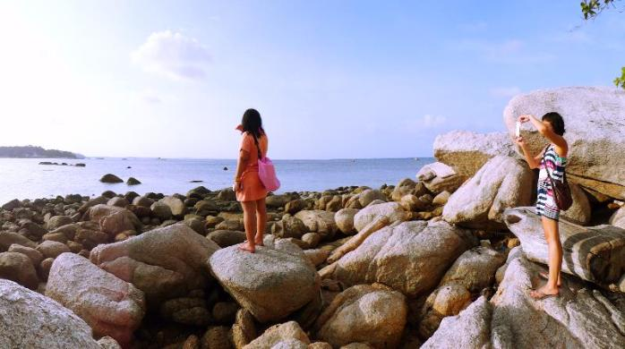 bebatuan menjulang di pulau kecil dekat pantai