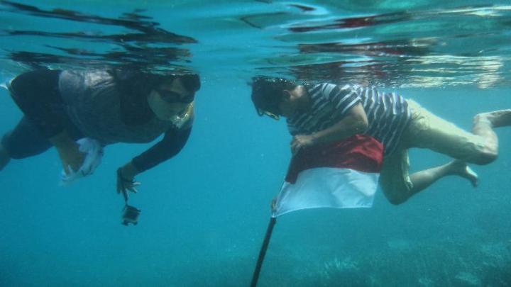 mengibarkan sang saka di dalam air