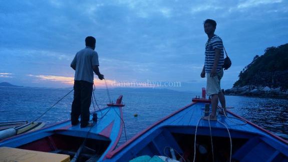 menambatkan diri pada kapal nelayan di balik Durai