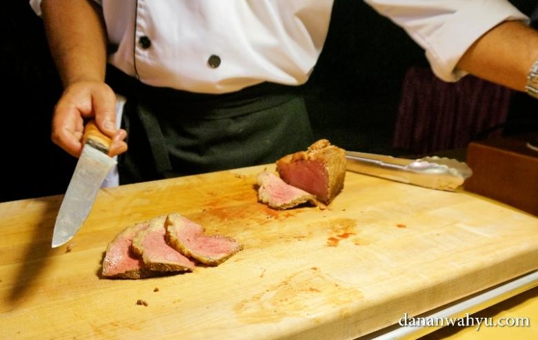 memotong steak untuk mengintip tingkat kematangan
