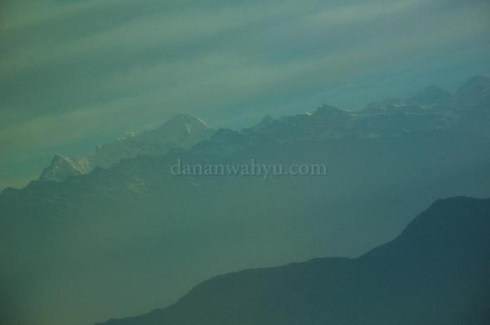 Berlapis-lapis bukit menuju Everest