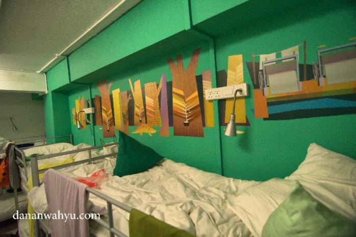 lagi-lagi wall sticker di kamar . Ih makin suka dengan hostelnya