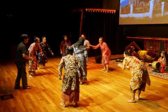 penonton dan penari bersama menari