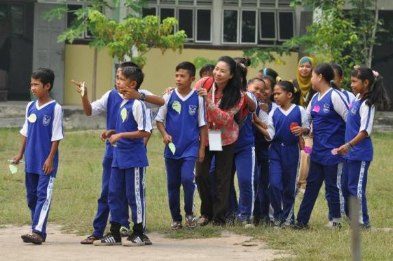 Usai kelas berduyun ke lapangan sekolah