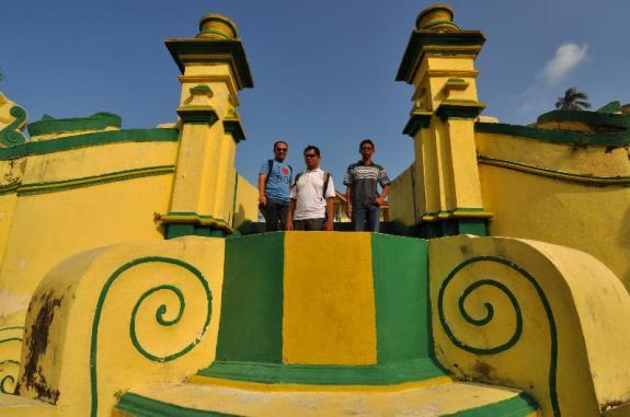 Di depan Istana Kantor dibangun oleh Yang Dipertuan Muda Riau VIII Raja Ali (1844-1857)