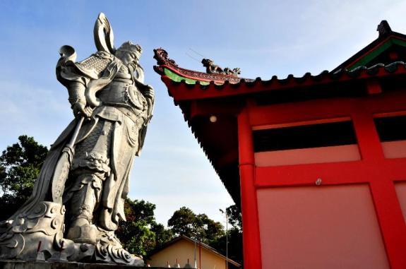 Patung Guan Sheng Di Jun menjulang di belakang vihara