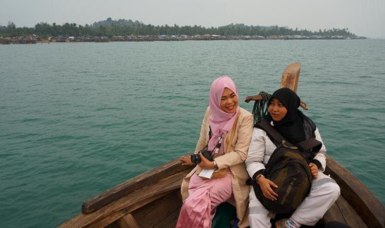 Melaju di atas kapal menuju pulau Panjang