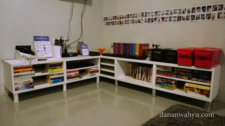 Lihat koleksi buku dan filmnya, males keluar hostel